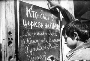 Copil din URSS, învățând sloganuri antireligioase sursa: http://goo.gl/qhUWR9